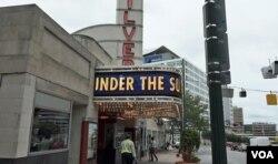 24일 미국 워싱턴 인근 메릴랜드주 실버스프링의 'AFI 실버 시어터' 극장에서 북한의 실상을 다룬 다큐멘터리 영화 '태양 아래(Under the Sun)'가 상영됐다.