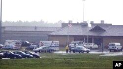 Además el sitio web del departamento afirma que la prisión es la mayor instalación correccional de Delaware para hombres, que alberga a unos 2.500 presos.