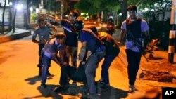 Người dân giúp đỡ nạn nhân bị thương sau vụ tấn công của những phần tử hiếu chiến tại một nhà hàng ở thủ đô Dhaka.