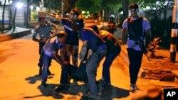 Warga menolong korban terluka menyusul serangan kelompok bersenjata terhadap sebuah restoran di Dhaka, Bangladesh, Jumat malam (1/7).