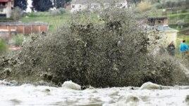 Shpërthime gazi dhe uji në Patos-Marinëz