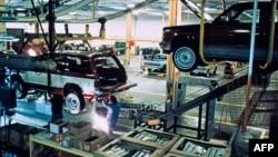 Seorang pekerja di produsen mobil Cadillac di Detroit, Michigan (foto: ilustrasi).