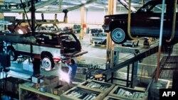 Para pekerja di pabrik mobil Cadillac di Detroit, Michigan (foto: ilustrasi).