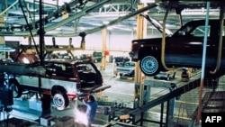 Foto yang diterbitkan bulan Juni 1983 ini memperlihatkan seorang pekerja perakitan mobil Cadillac di Detroit. Kota ini mengajukan kebangkrutan pada 18 Juli 2013.