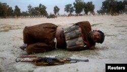 Một phần tử tấn công tự sát, định thực hiện vụ nổ bom, bị bắt ở Jalalabad. Bom mang trên người đã được tháo ngỏi
