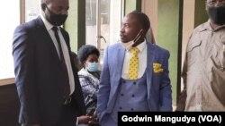 Le maire de Harare Jacob Mafume et l'avocat Tonderai Bhatasara (VOA).