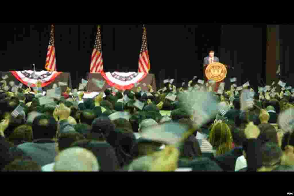 挥动美国国旗的人们(美国之音国符拍摄)