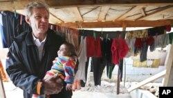 ፋይል ፎቶ - የተባበሩት መንግስታት ድርጅት ልዩ አማካሪ ጃን ኤግላንድ (Jan Egeland) የስደተኞችን ካምፕ በሚጎበኙበት ወቅት ሶርያዊ ህጻን ይዘው፣ በማረጅ ከተማ ባካ ቫሊ በተባለ ቦታ ምስራቅ ሌባኖስ እ.አ.አ. 2015