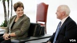 La presidenta de Brasil, Dilma Rousseff fue la anfitriona del encuentro con el senador John McCain en el Palacio da Alvorada en Brasília.