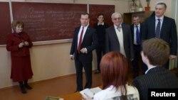 دمیتری مدویدف (نفر دوم از چپ) در بازدید از مدرسه ای در کریمه
