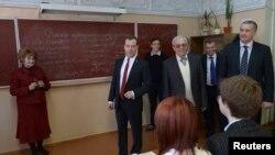 Thủ tướng Nga Dmitry Medvedev thăm một trường trung học tại thành phố Simferopol ở Crimea, ngày 31/3/2014.