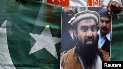 پاکستاني چارواکو ویلي چې لکهوي په یوه دواخانه کې د سخت دریزو لپاره چنده ټولوله