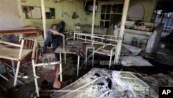 人们检查被炸后的咖啡馆现场