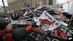 В конце шествия портреты депутатов Госдумы и членов Совета Федерации, которые поддержали «антимагнитский» закон, а также президента Путина, бросали в огромный мусорный бак. Москва, Россия 13 января 2013 года