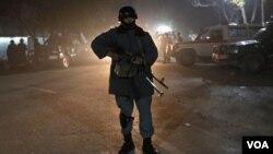 ເຈົ້າໜ້າທີ່ຄົນນຶ່ງ ຢືນຍາມ ຢູ່ບ່ອນເກີດເຫດ ຢູ່ທີ່ຄຸ້ມສະຖານທູດ ໃນນະຄອນ Kabul ອັຟການິສຖານ