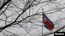 북한의 한 해외 공관에 인공기가 걸려있다. (자료사진)