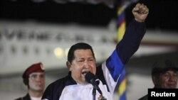 Presiden Venezuela Hugo Chavez berpidato di bandara Simon Bolivar di Caracas, Venezuela setibanya dari Kuba untuk pengobatan kanker (11/5).