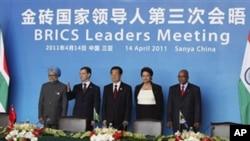 Čelnici na summitu BRICSa, u Pekingu: (s lijeva) premijer Indije Manmohan Singh, predsjednik Rusije Dmitry Medvedev, predsjednik Kine Hu Jintao, predsjednica Brazila Dilma Rousseff, te predsjednik Južne Afrike Jacob Zuma