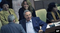 ປະທານາທິບໍດີຄິວບາ ທ່ານ Raul Castro (ຂວາ) ພວມໂອ້ລົມກັບສະມາຊິກສະພາ (23 ທັນວາ 2011)