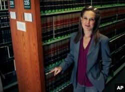 新英格兰法学院客座教授兼律师温迪•墨菲(Wendy Murphy)