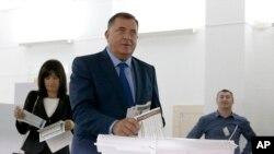 Milorad Dodik, kandidat za člana Predsjedništva BiH, ubacuje glasački listić u kutiju, Laktaši, 7. oktobar 2018.