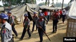 Polisi Myanmar melakukan patroli di kamp pengungsi etnis Rohingya di Sittwe, negara bagian Rakhine (foto: dok).
