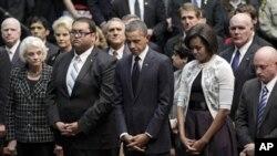 ایری زونا حملے میں ہلاک ہونے والے افراد کی یاد میں منعقد کی گئی دعایہ تقریب میں صدر اوباما اور ان کی اہلیہ مشیل اوباما کی شرکت۔ (فائل فوٹو)