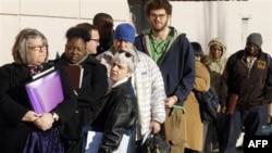 Amerikanci čekaju u redu da bi se prijavili za nadoknadu za nezaposlene