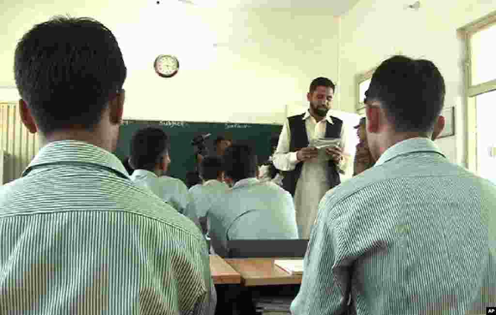 خود کش حملوں کے لیے استعمال ہونے والے بچوں کی بحالی کے ایک اسکول کا کلاس روم.