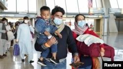 Virginia eyaletindeki Dulles Uluslararası Havalimanı'na getirilen Afganlar