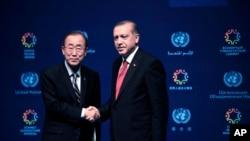 El secretario general de Naciones Unidas, Ban Ki-moon estrecha las manos con el presidente del país anfitrión de la cumbre, Recep Tayyip Erdogan.