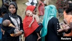 Người tị nạn Rohingya chờ nhận vật phẩm cứu trợ tại Cox's Bazar, Bangladesh.