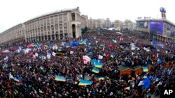 Demonstran Ukraina berpawai di Kiev, Ukraina, hari Minggu (1/12).
