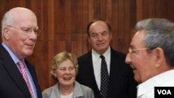 Presiden Kuba, Raul Castro (kanan) berbicara dengan Senator AS Patrick Leahy (kiri) di Havana, Kuba (23/2). Dua senator AS mengupayakan pembebasan warga AS Alan Gross yang ditahan di Kuba.