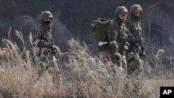 Soldados surcoreanos participan en los juegos de guerra cerca de la zona desmilitarizada entre las dos Coreas.