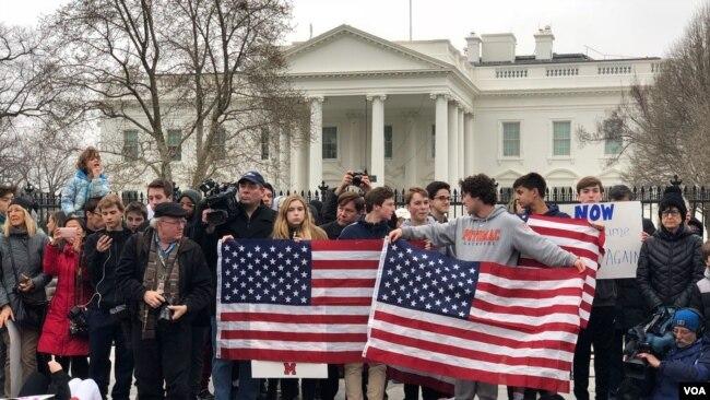 Jóvenes exigen más restricciones sobre control de armas
