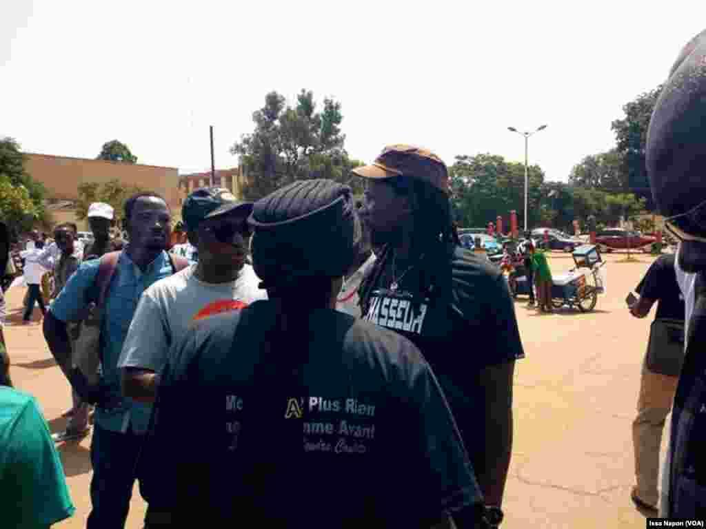 Des jeunes rassemblés contre la libération du général Bassolé, à Ouagadougou, le 11 octobre 2011. (VOA/Issa Napon)