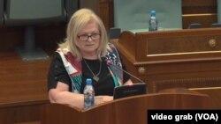 Fljora Brovina tokom obraćanja u kosovskom parlamentu