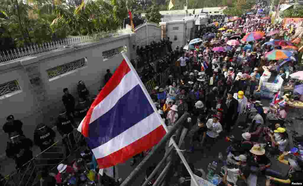 تھائی لینڈ میں حزب مخالف کا احتجاج جاری ہے اور اسی صورت حال کے تناظر میں ملک کے الیکشن کمیشن نے عام انتخابات کے انعقاد میں غیر معینہ مدت تک التوا کی درخواست بھی کر دی ہے۔