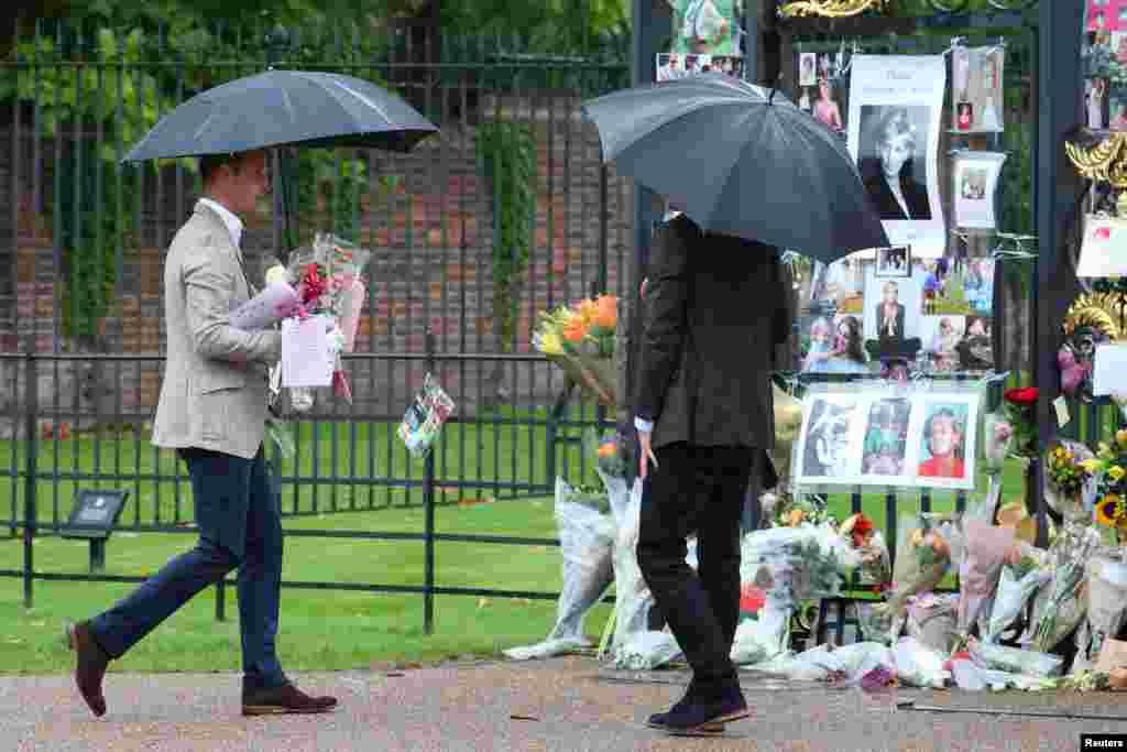 지난 1997년 8월 31일 자동차 사고로 숨진 고 다이애나 영국 왕세자비 20주기를 맞아 켄싱턴궁 방문객들이 조성한 추모공간으로 윌리엄(왼쪽) 왕세손이 꽃을 가져가고 있다. 오른쪽은 해리 왕자.