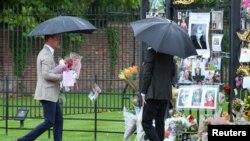 El príncipe William llevó flores a los portones del Palacio de Kensington en Londres en recuerdo de su fallecida madre, la princesa Diana, el miércoles, 30 de agosto, de 2017.
