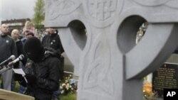 Salah seorang anggota Lasykar RIRA mengenakan masker membacakan sebuah pernyataan di Irlandia Utara (foto: dok).
