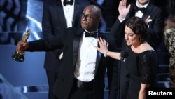 """Le réalisateur Barry Jenkins et la productrice Adele Romanski célébrent la victoire d'image de """"Moonlight""""."""