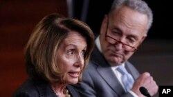 Dua tokoh fraksi Demokrat yaitu pemimpin minoritas Senat Charles Schummer (kanan) dan pemimpin minoritas DPR Nancy Pelosi (foto: dok).