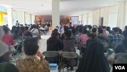 Ruangan Aula IAIN yang dipadati para peserta mengikuti International Geology Seminar di aula IAIN Palu. (27/11) Foto: VOA/Yoanes Litha