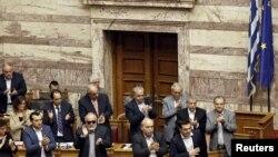 Perdana Menteri Yunani Alexis Tsipras (bawah kanan) di parlemen, Athena, Yunani, 28 Juni 2015.