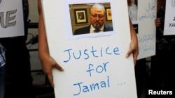 Indonezijski novinar drži plakat za natpisom Pravda za Jamala, Jakarta, 19. oktobar 2018.