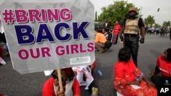 지난 5월 나이지라 아부자에서 납치된 여학생들의 귀환을 요구하는 시위가 벌어졌다. (자료사진)
