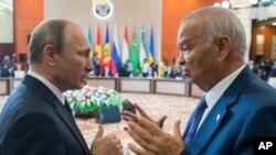 Kazakistan'daki zirvede Özbekistan Devlet Başkanı İslam Kerimov'la görüşen Vladimir Putin