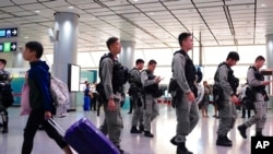 香港防暴警察2019年9月7日巡邏香港市區機鐵站。
